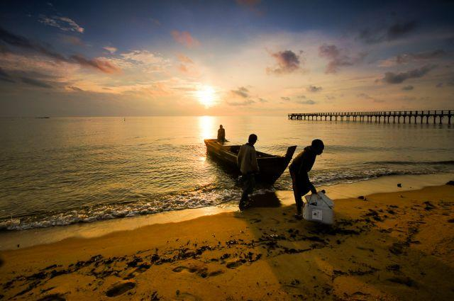 Fisherpeople come in at sunset at Sergang Laut. Flickr/Haryadi B