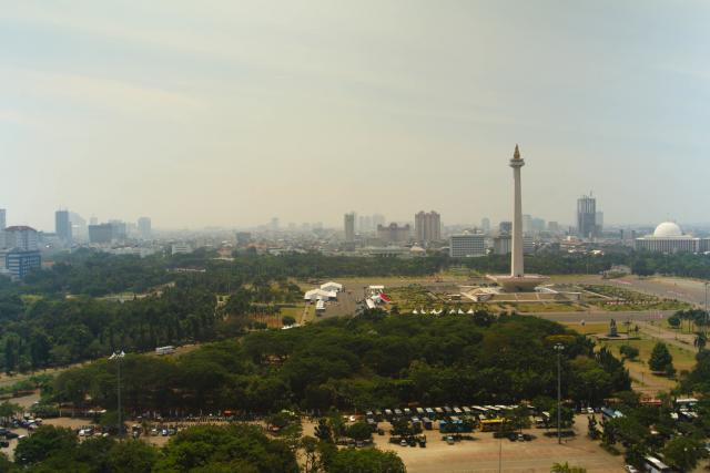 Haze over the Monas Monument, downtown Jakarta, Indonesia. Photo credit: James Anderson/WRI