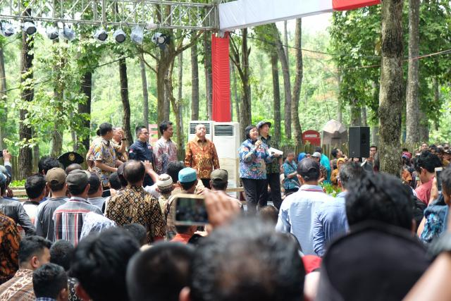 Minister of Environment and Forestry Siti Nurbaya gave her opening remarks during the presentation of the Social Forestry Decree at Punti Kayu Nature Park, Palembang. Photo Credit: WRI Indonesia