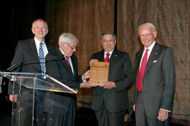 Left to Right: Dr. Andrew Steer, President, WRI; Frank E. Loy, Board Member, The Nature Conservancy; President Susilo Bambang Yudhoyono; Roger W. Sant, Board Member, World Wildlife Fund. Photo credit: Hechler Photography