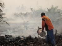 An officer is trying to extinguish fire in Riau. Photo Credit: Julius Lawalata/WRI Indonesia