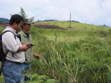 Anggota tim lapangan POTICO melakukan survey terhadap lahan yang terdegradasi di Kalimantan Barat sebagai bagian dari proses identifikasi wilayah yang potensial cocok untuk ekspansi perkebunan kelapa sawit yang berkelanjutan. Sumber Foto: Sekala