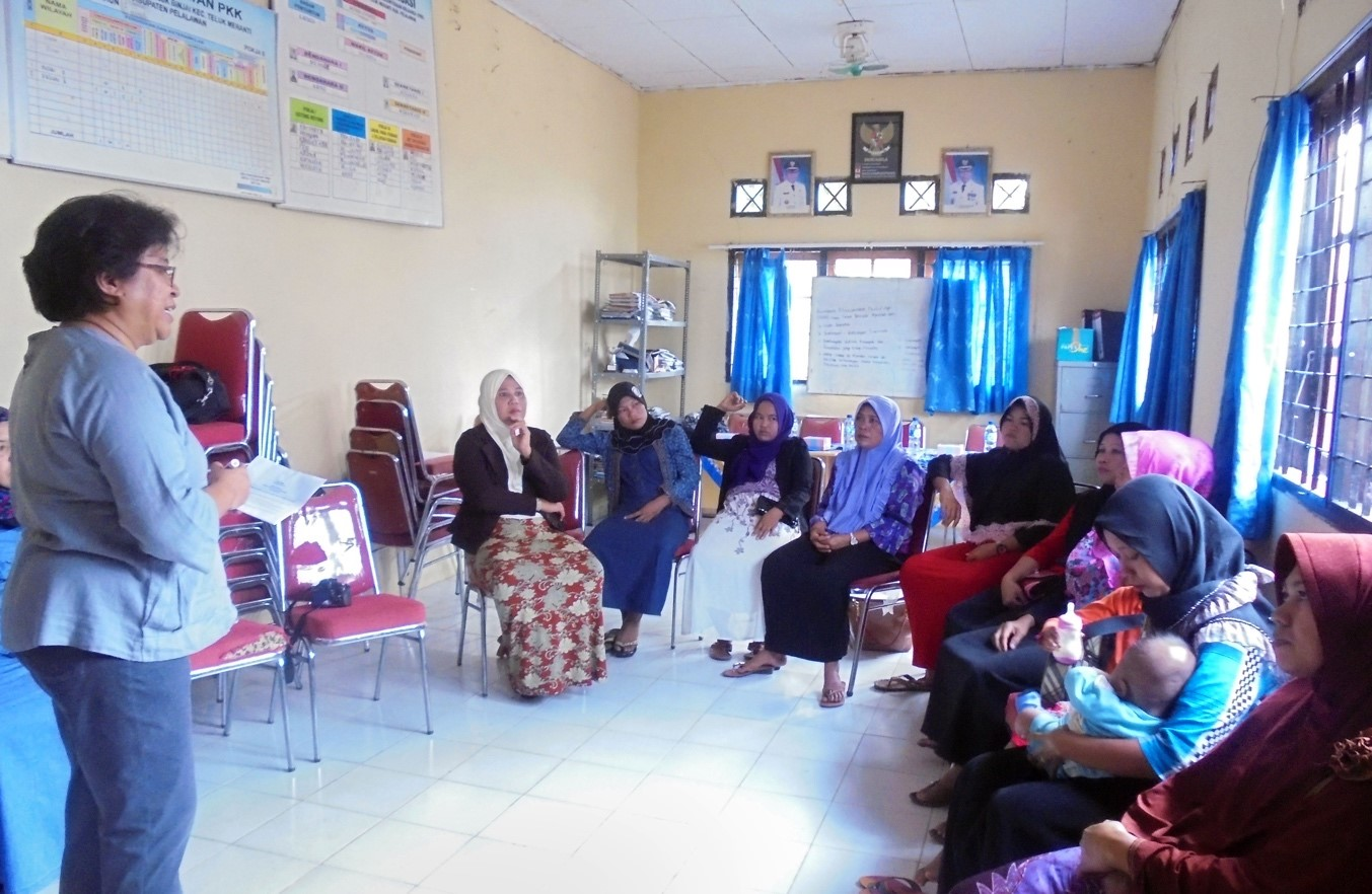 <p>Women Research Institute leads a training session on Global Forest Watch for a women\'s group in Riau. Photo by Women Research Institute.</p>